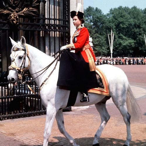 1963 : jusqu'en 1987, elle est apparue chaque année à cheval les parades de la garde royale