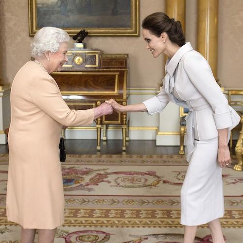 Angelina Jolie reçoit la médaille de Commandeur le 10 octobre 2014