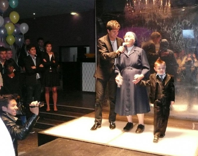 Soeur Marguerite fait monter Enzo sur scène ...