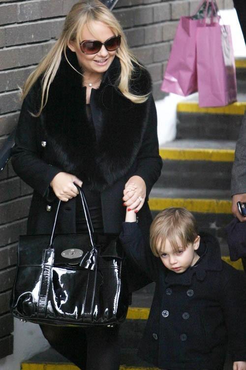 Un main pour son sac, une autre pour son fils... Comment va-t-elle se débrouiller pour tenir le petit dernier ?