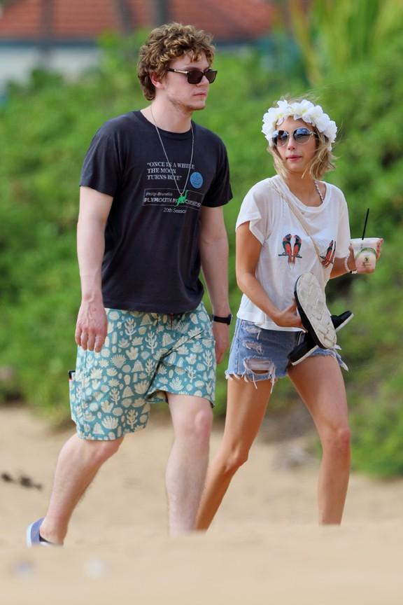 Emma Roberts et son fiancé Evan Peters à Hawaï le 3 juin 2014