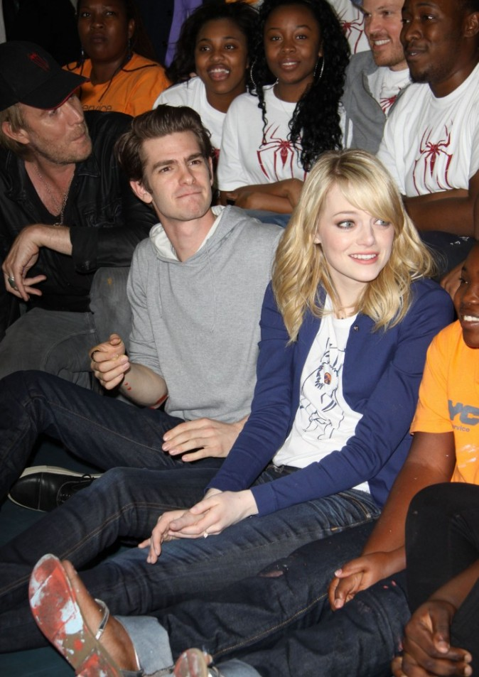 "Andrew Garfield et Emma Stone lors de l'événement ""Be Amazing, Stand Up and Volunteer"" à New York, le 26 juin 2012."