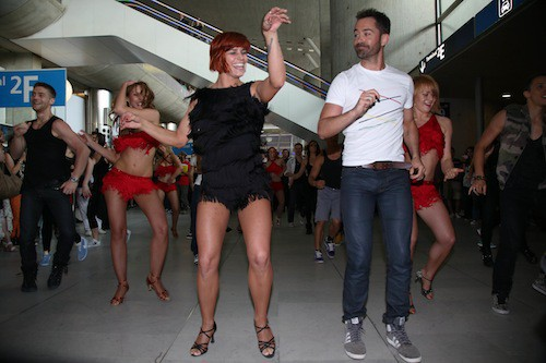 Photos : Emmanuel Moire enflamme l'aéroport Charles-de-Gaulle avec Fauve Hautot dans un flashmob pour Danse avec les stars !