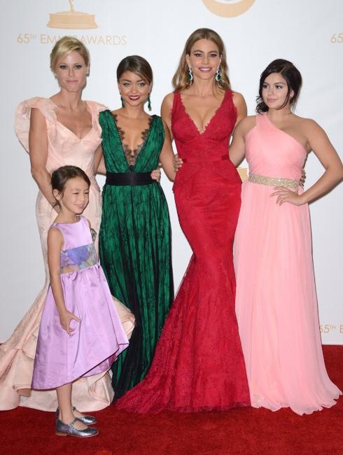 Julie Bowen, Aubrey Anderson-Emmons, Sarah Hyland, Sofia Vergara et Ariel Winter (de la série Modern Family) lors de la cérémonie des Emmy Award...