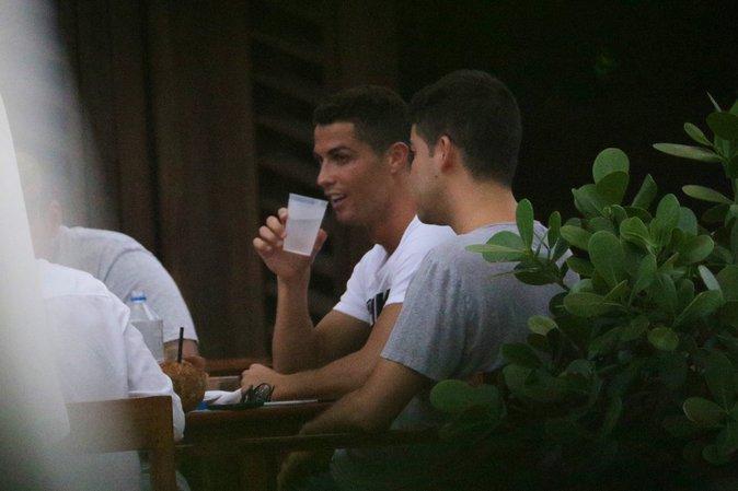 Photos : Cristiano Ronaldo : En vacances entre amis, il se la coule douce !