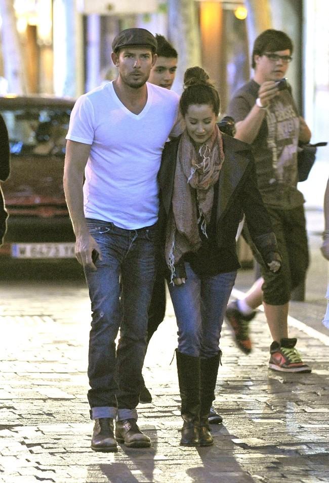 Ashley Tisdale dans les bras musclés de son petit ami...