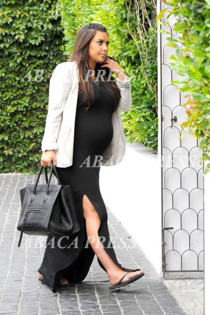 Pour sa grossesse, Kim passe des talons hauts aux chaussures plates. Quel choc !