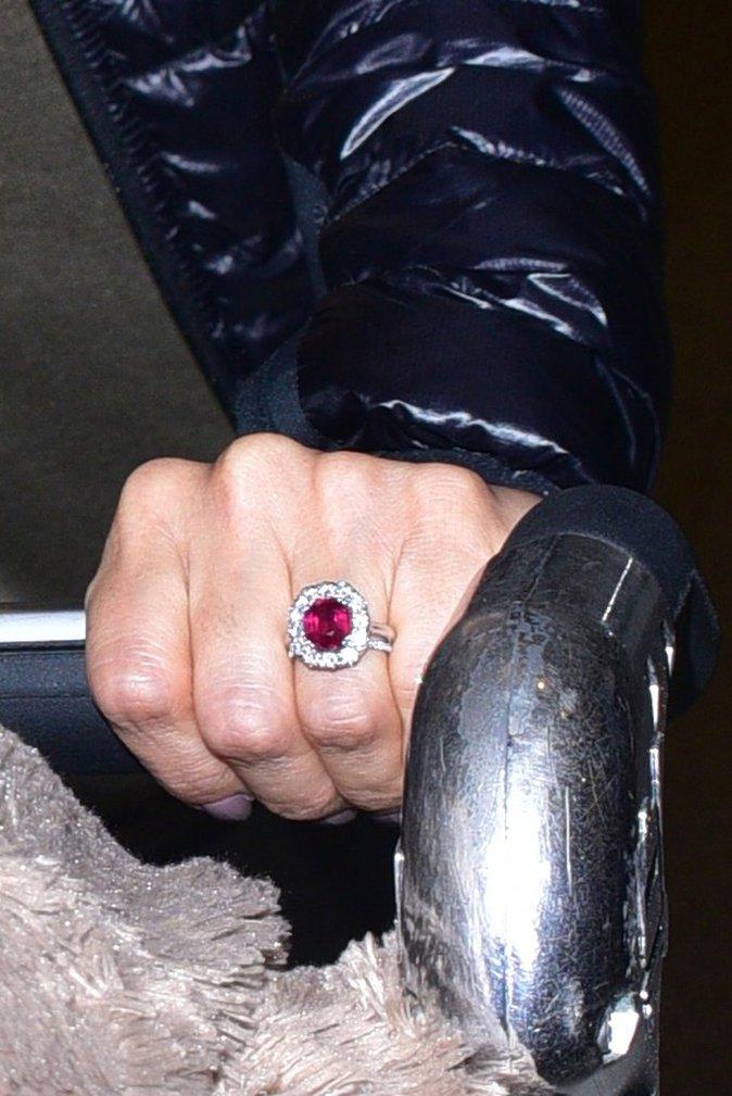 Photos : Eva Longoria : De retour d'Inde avec son chéri, sa belle bague de fiançailles au doigt !