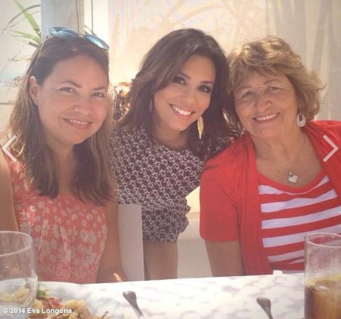 Avec sa soeur Esme et sa maman !