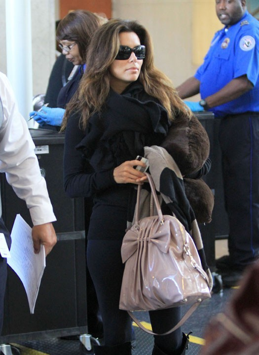 Eva Longoria en mode incognito à l'aéroport de Los Angeles !