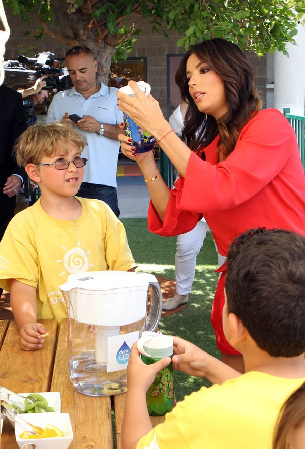 Eva Longoria en visite dans une école de Burbank le 11 juin 2014