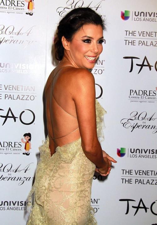 Eva Longoria arbore son dos en enfilant une robe très décolletée dans le dos