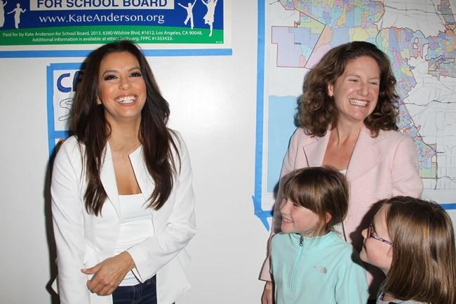 Eva Longoria en visite dans une école de Los Angeles le 20 février 2013