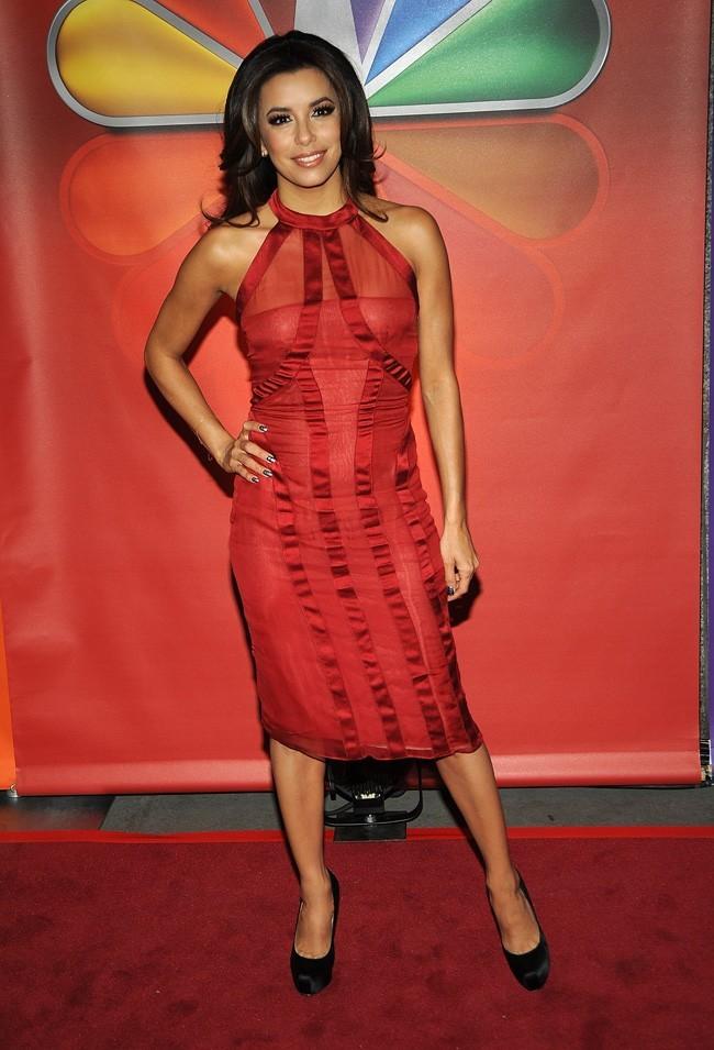Eva a la grande classe dans sa robe rouge !