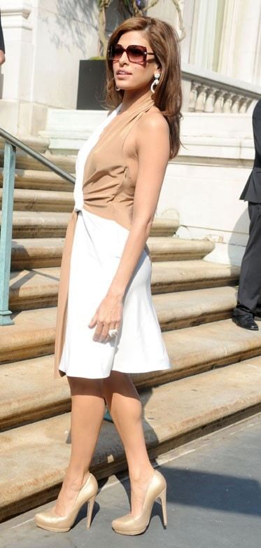 Eva Mendes lors du défilé Resort 2012 du créateur italien Slavatore Ferragamo à New York, le 28 juin 2011.