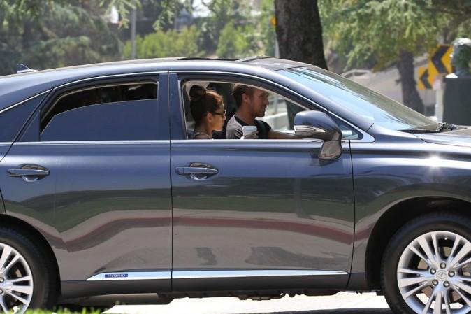 On ne se douterait pas que deux stars se cachent dans cette voiture ...