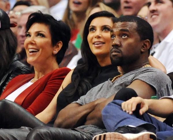 Kris jenner, Kim Kardashian et Kanye West lors du match entre les Clippers de Los Angeles et les Nuggets de Denver, le 25 décembre 2012 à Los Ange...