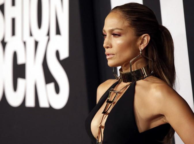 Fashion Rocks 2014 : Jennifer Lopez : tr�s d�collet�e sur tapis rouge et bootylicious sur sc�ne !