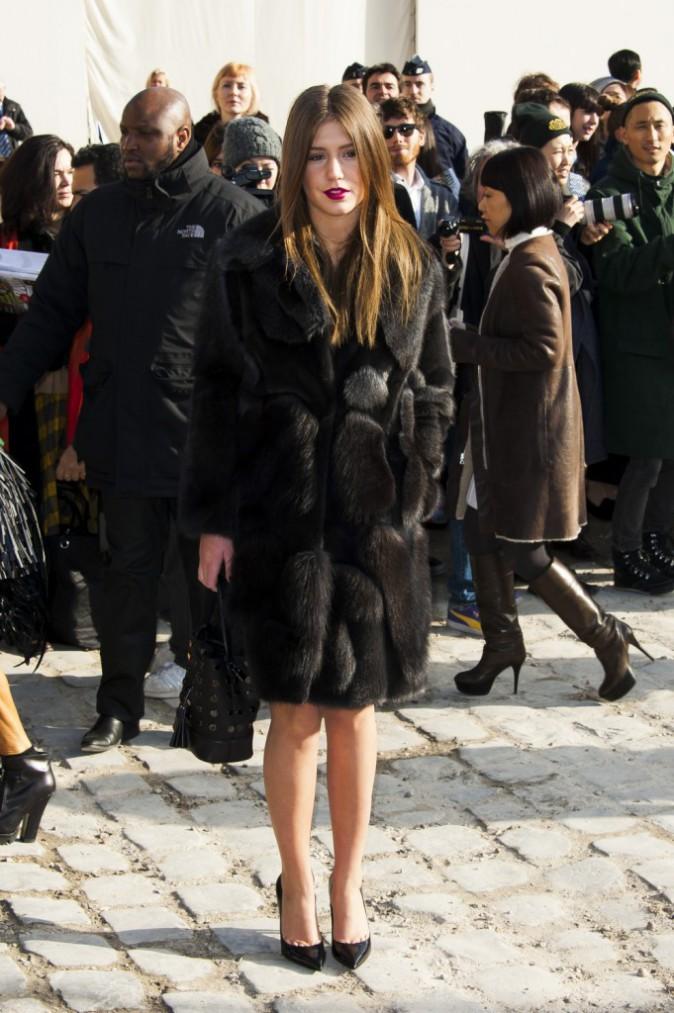 Adèle Exarchopoulos arrive au défilé Louis Vuitton à Paris, le 5 mars 2014.