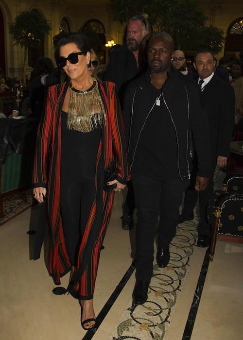 Kris Jenner et Corey Gamble au défilé Balmain prientemps-été 2016, le 1er octobre 2015