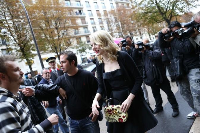 Emma Stone se rendant au défilé Miu Miu à Paris, le 3 octobre 2012.