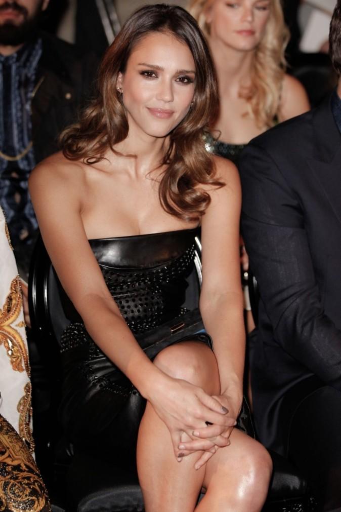 Jessica Alba lors du défilé Versace à Paris, le 1er juillet 2012.