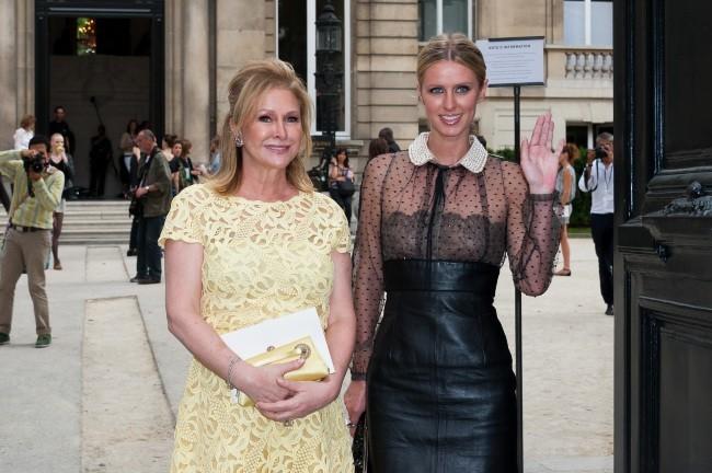 Nicky et Kathy Hilton sortant du défilé Valentino à Paris, le 4 juillet 2012.