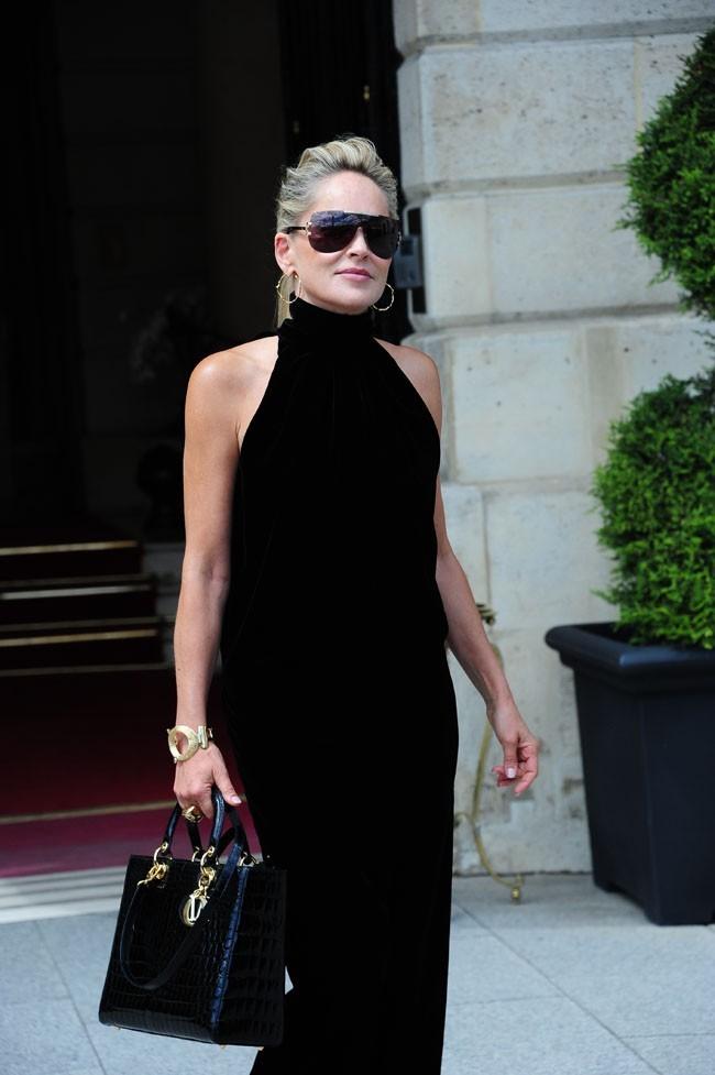 Sharon Stone en route pour le défilé Dior le 2 juillet 2012 à Paris