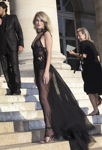 Rosie Huntington-Whiteley au défilé Haute Couture automne-hiver 2015-2016 Versace, à Paris le 5 juillet 2015