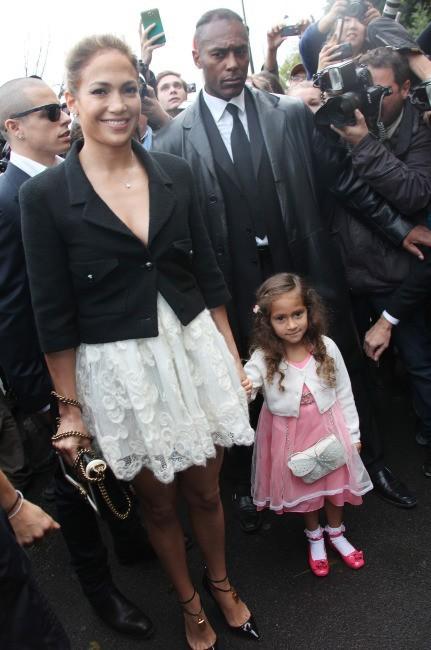 Jennifer Lopez et sa fille Emme se rendant au défilé Chanel à Paris, le 2 octobre 2012.