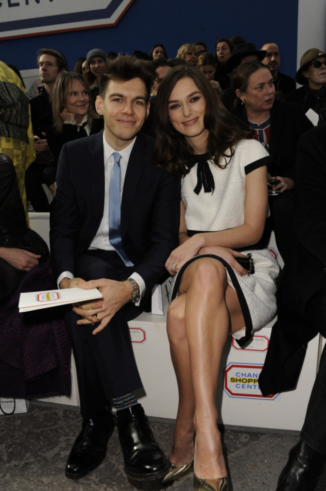 Keira Knightley et son mari James Righton lors du défilé Chanel à Paris, le 4 mars 2014.
