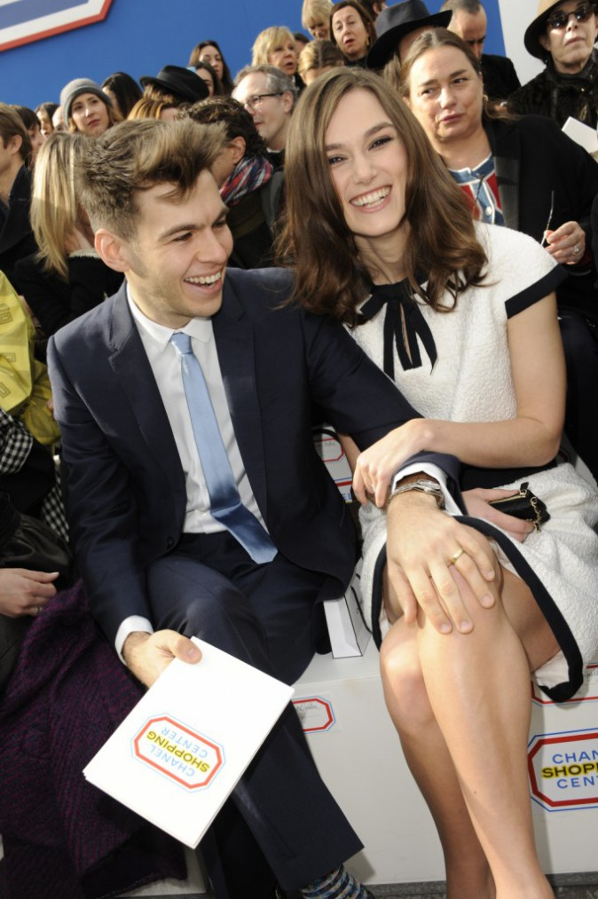 Fashion Week : Keira Knightley : radieuse et amoureuse sur le front row du d�fil� Chanel !
