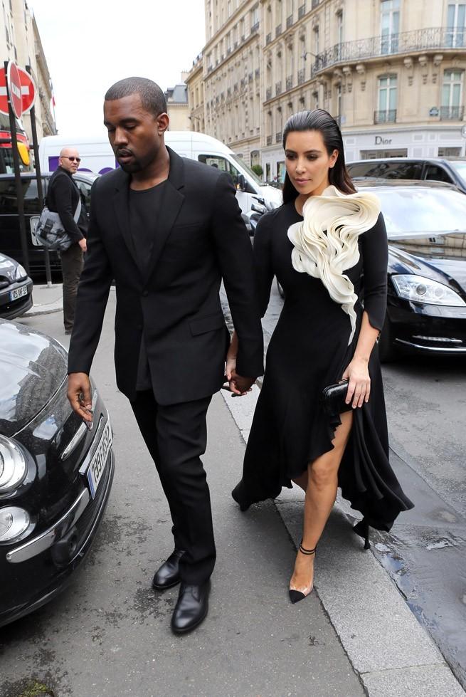 Kim Kardashian au défilé haute couture de Stépane Rolland à Paris le 3 juillet 2012