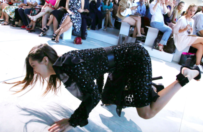 Photos : Fashion Week : Quand Bella Hadid chute en plein défilé Michaël Kors !