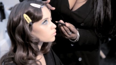 Felicity Jones en pleine préparation pour le tournage de la campagne Khôl