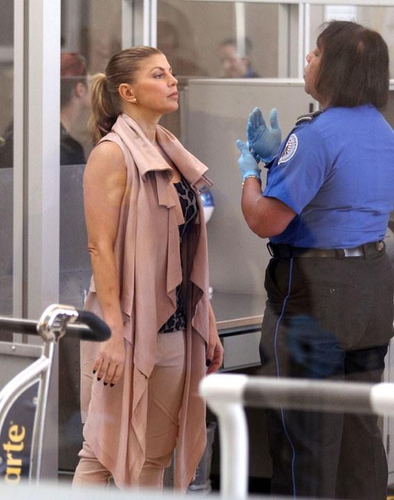 Très sage, elle ne plaisante pas avec les agents de sécurité !
