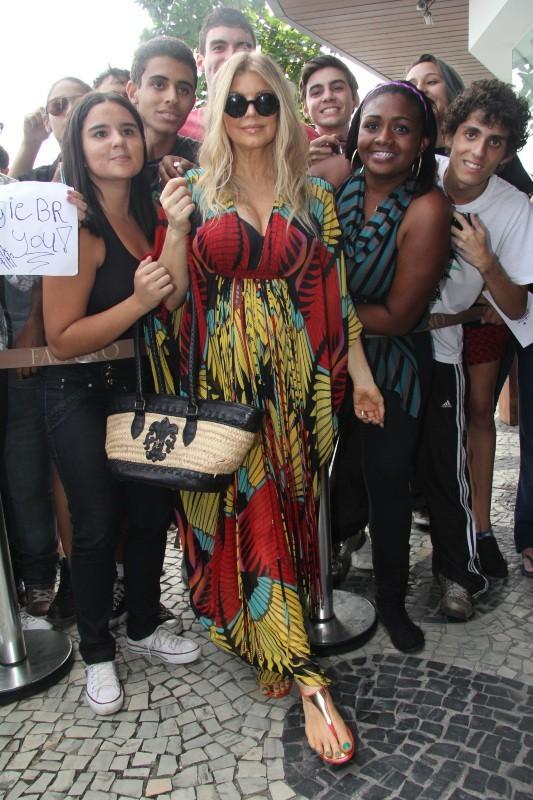 Fergie entourée de ses fans devant son hôtel à Rio de Janeiro, le 4 avril 2013.