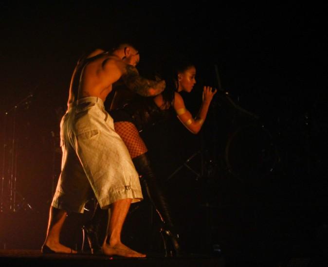 Photos : FKA Twigs : corset, résilles et cuissardes en cuir, elle séduit un homme sur scène... mais où est Robert Pattinson ?