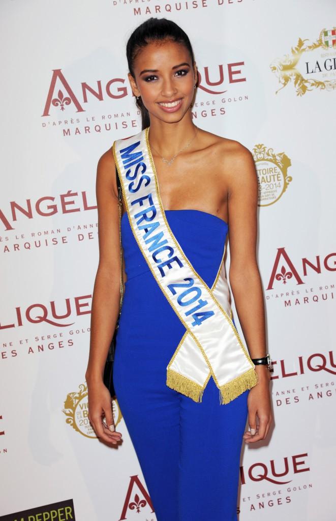 """Flora Coquerel lors de la première du film """"Angélique"""" à Paris, le 16 décembre 2013."""