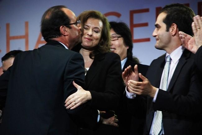 François Hollande et Valérie Trierweiler à la place de la Bastille à Paris, le 6 mai 2012.