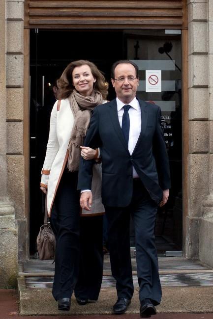 François Hollande et Valérie Trierweiler sortant de leur bureau de vote à Tulle, le 6 mai 2012.
