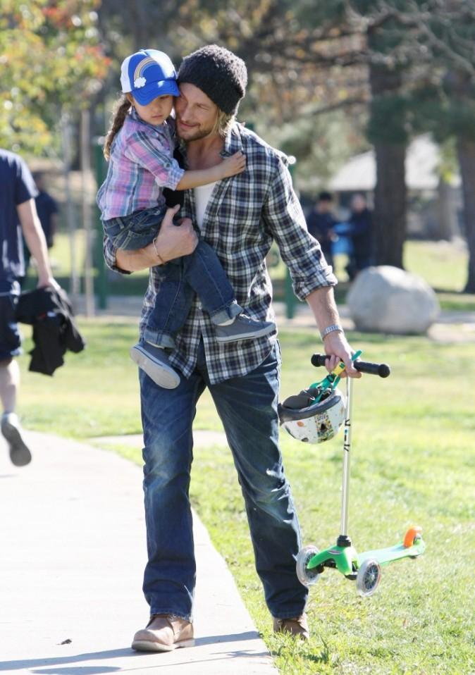 Gabriel Aubry et sa fille Nahla dans un parc de Los Angeles, le 28 décembre 2011.