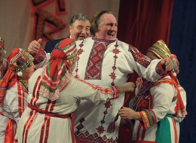 Gérard Depardieu et son passeport russe à Saransk le 6 janvier 2012