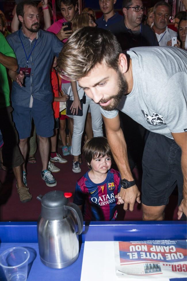 Gerard Piqué et son fils Milan au Camp Nou le 18 juillet 2015