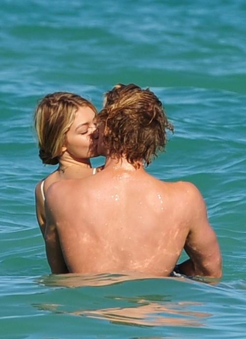 Photos : Gigi Hadid et Cody Simpson : l'amour fou à la plage !