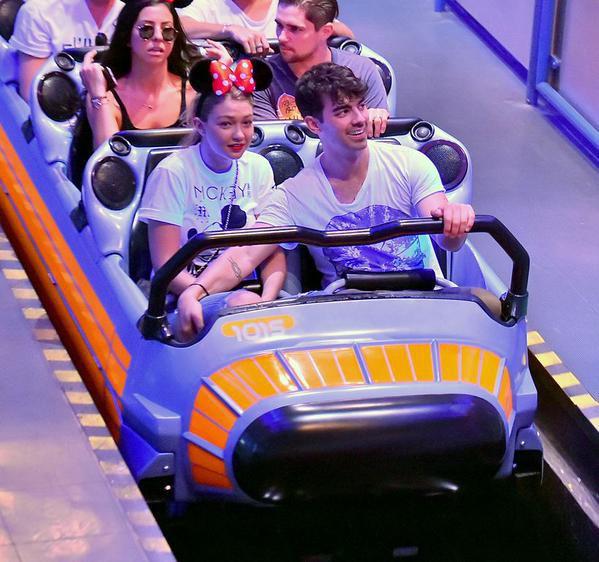 Gigi Hadid et Joe Jonas à Disney, le 24 juillet 2015