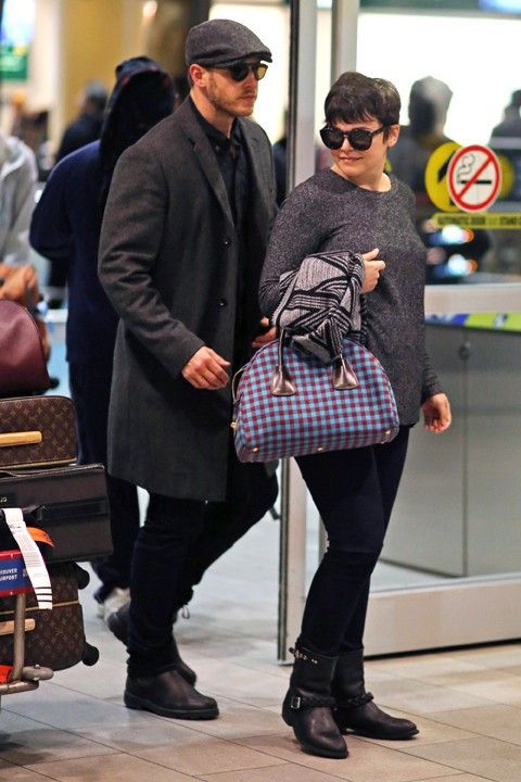 Ginnifer Goodwin et Josh Dallas à l'aéroport de Vancouver le 5 janvier 2014