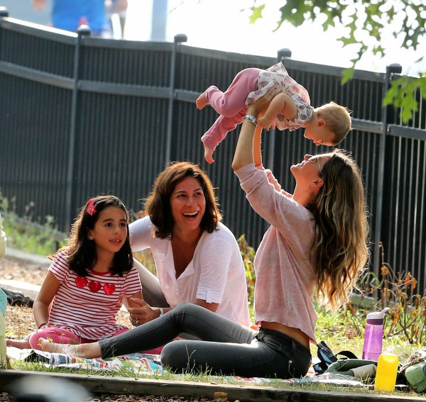 Gisele Bündchen avec ses enfants dans un parc à Boston, le 1er septembre 2013.