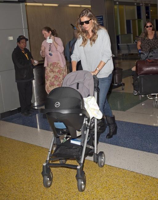 Gisele Bündchen et sa fille à l'aéroport de Los Angeles, le 2 mai 2013.