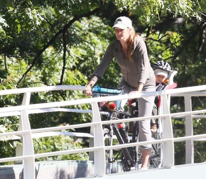 Gisele Bündchen en balade à vélo à Boston le 23 septembre 2012